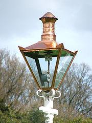 Получение                 газа из древесины - старинная газовая лампа